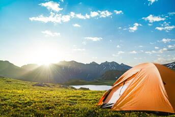 Zelt in schöner, hügeliger Natur - Campingradio