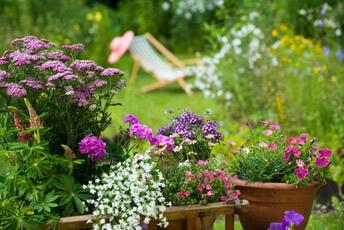 Idyllischer Garten mit Liege - Gartenradio zur Unterhaltung